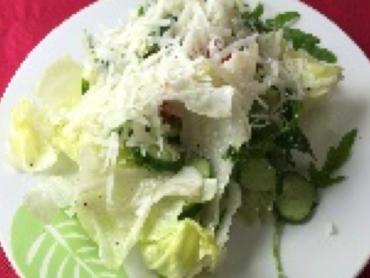 グリーンサラダにグラナパダーノチーズ