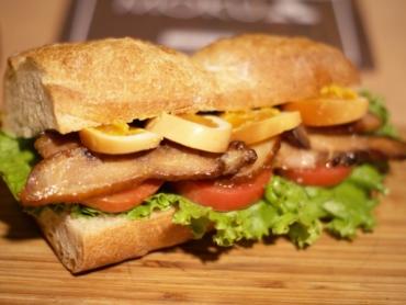 燻製チキンサンドイッチ